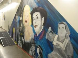 1995 lukiolaisilla oli mahdollisuus maalata rapistuneen koulurakennuksen käytäville mieleisiään maalauksia. Valitsin aiheeksi tuolloin 100 vuotta täyttäneen taidemuodon - elokuvan. Huomaatko Siiri Angerkosken - eniten elokuvia tehnyt suomalainen elokuvatähti? (Esiintyi yli sadassa elokuvassa.)