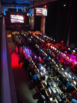 Raahen lukiolaiset osana isoa Assembly-porukkaa. Kuvassa näkyy vain noin puolet tietokonepaikoista.