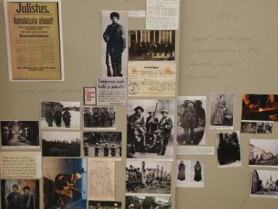 Kurssilaiset etsivät tietoa ja kuvia mm. vuoden 1918-tapahtumista ja muodista.