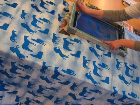 Viola painoi valotuskaaviolla itseottamistaan valokuvista koostettua hevosaiheista kuviota solmuvärjätylle kankaalle.
