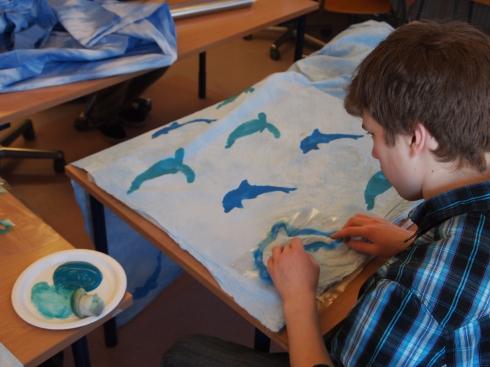 Kaksiväristä delfiinikuosia valmistuu sabloonapainannalla.