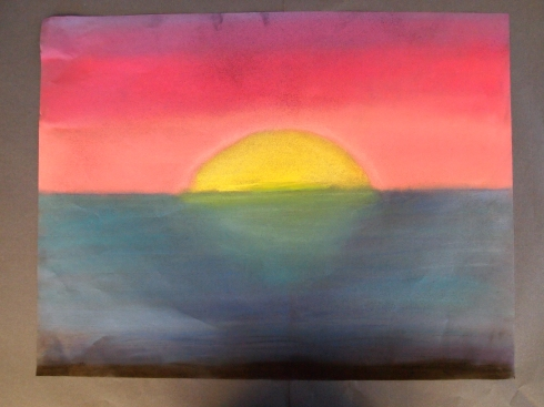 Samun sävykkäässä kuivapastellityössä aurinko laskee mereen.