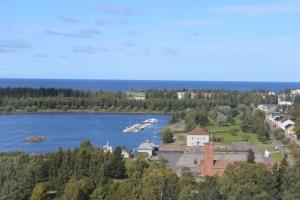 Raahe on merikaupunki. Merten takana on yhteistyökaupunkimme Pescara. Sininen rakennus on entinen pakka- ja tullihuone, jossa nykyään toimii Raahen merimuseo.