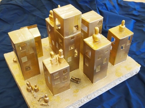 Kultainen kaupunki on saanut inspiraationsa Nevelsonin reliefeistä. Milka ja Venla tekivät kaupungin yhteistyönä.