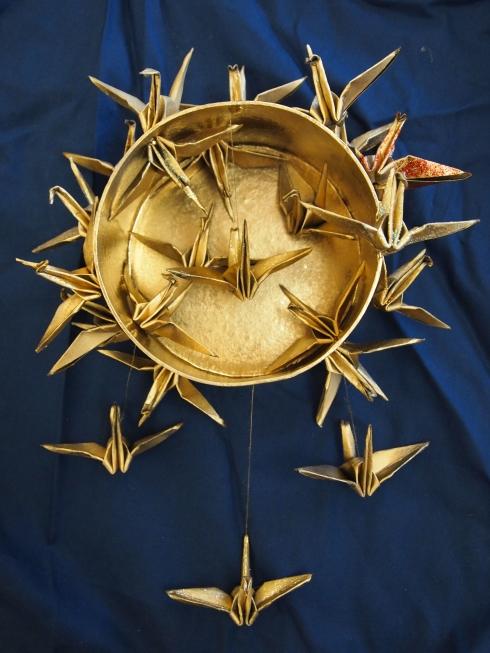 Japanilainen paperitaittelu, origami sai uuden ilmeen kun Aliisa teki origamikurjista kultaisen taideteoksen.