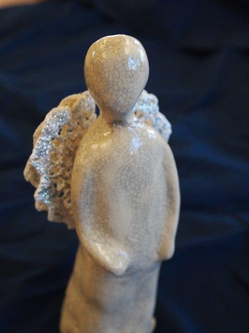 Iidan enkeli on lasitettu kraklatulla lasitteella. Siivet se on saanut virkatuista liinankappaleista.
