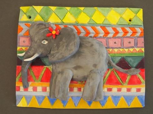 Vilman värikäs elefanttireliefi.