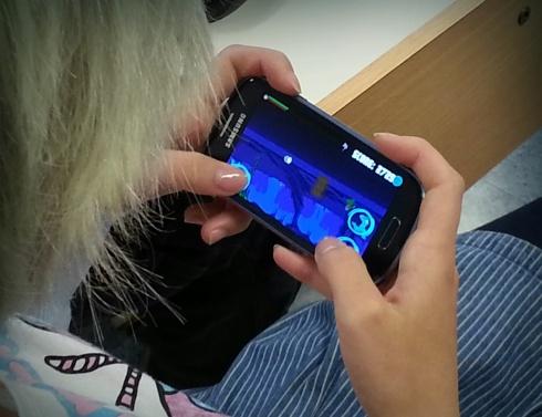 Mobiilipelitestausta ja pelin kehittelyä yhteistyössä.