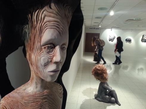 Näyttelyssä oli esillä taidokkaita puuveistoksia, joiden hahmot puhuttelivat kuviskurssilaisia.
