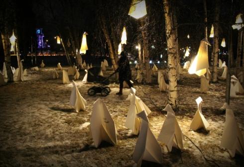 Oulussa Valoa Oulu! -tapahtumassa oli esillä maitokartongista taiteltuja origameja.