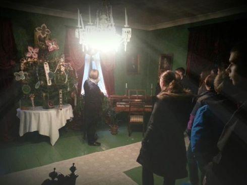 Ku2-kurssilaiset Soveliuksen talossa ihastelemassa suomen ehkä vanhimpia joulukoristeita.