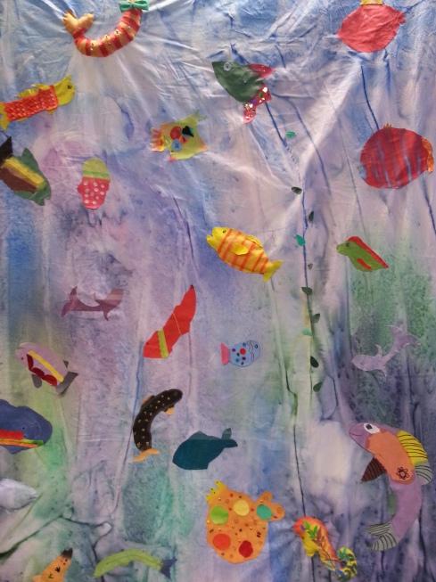 Harakkamäen koulun mielikuvituksellisessa tekstiilitaideteoksessa on yhtä monenlaisia kaloja kuin tekijöitäkin.
