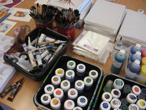 Kokeilimme silkkimaalausta tunnin päätteeksi.