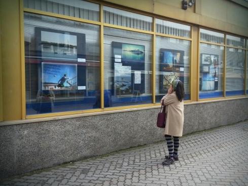 Upeat vedokset kilpailutöistä koristivat Nordea-pankin ikkunaa.